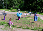 Деца от село Мировяне изработват плашила за конкурс на местното читалище