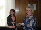 """2 - Зам.-кмета на района, г-жа Антоанета Михайлова, връчва сертификат<br />за успешно участие в инициативата """"Мениджър за един ден"""" на своя заместник<br />Ивет Маджарова"""""""
