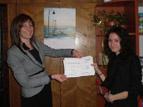 """3 - Кмета на района, г-жа Даниела Райчева, връчва сертификат<br />за успешноучастие в инициативата """"Мениджър за един ден""""<br />на своя заместник Александра Илиева"""