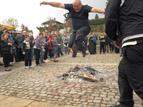 8 - И кмета на Подгумер, Валери Динчев, показа своите способности <br />в прескачането на огъня