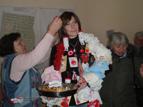 """7.JPG - <p>баби от сдружение """"Приятели"""" преобразяват кмета на района като мартеница</p>"""