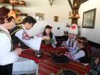 Баби и внуци от Локорско боядисват яйца и месят козунаци за Великден