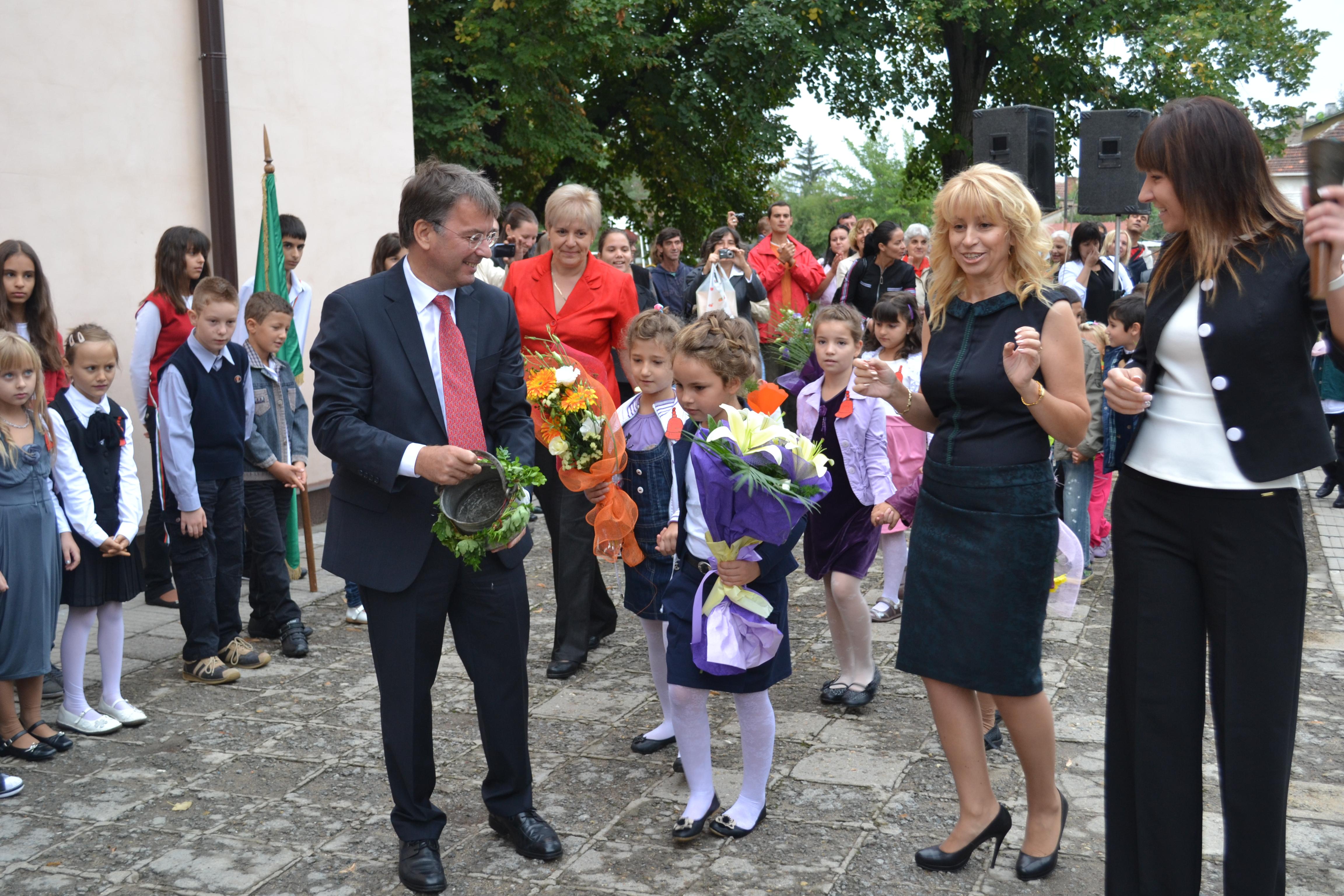 15.JPG - Н. Пр. Филип Отие и г-жа Даниела Райчева заедно с първокласниците