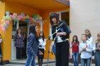 """08.JPG - <p>Малката Ася поднася специален подарък - картина на кмета на район """"Нови Искър""""</p>"""