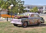 Цветен ретро автомобил на центъра на квартал Кумарица